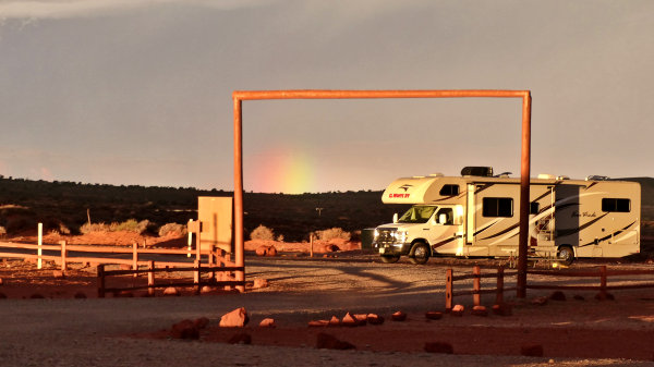 Arc-en-ciel sur le camping de Monument Valley