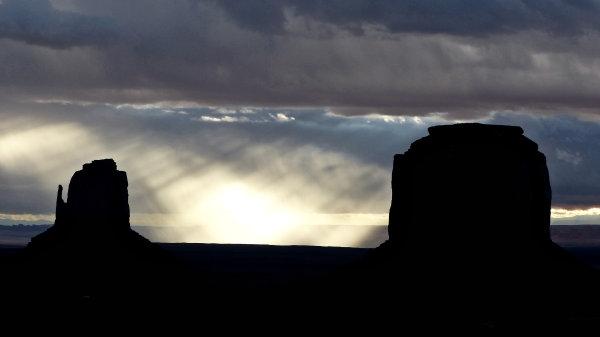 Monument Valley à contre jour sous une pluie matinale