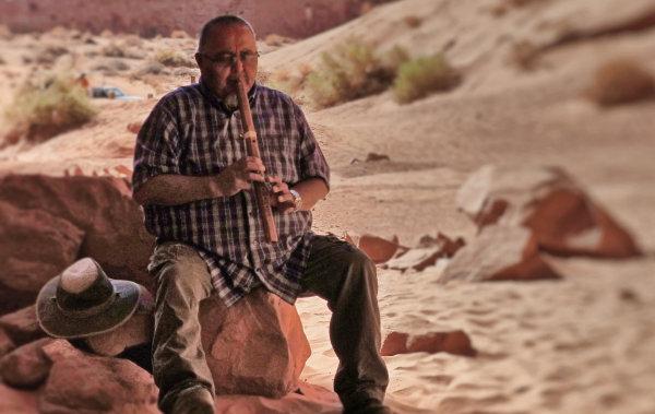Guide jouant de la flûte Navajo à Monument Valley