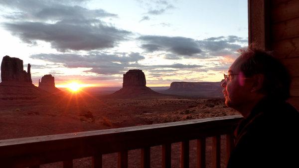Aurore depuis le balcon d'une premium cabin à Monument Valley
