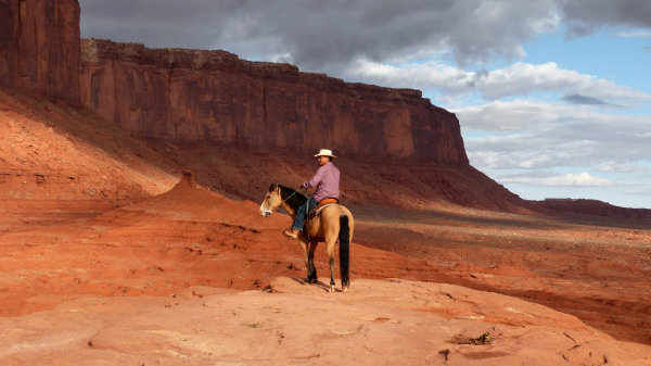 Indien à cheval au John Ford Point à Monument Valley