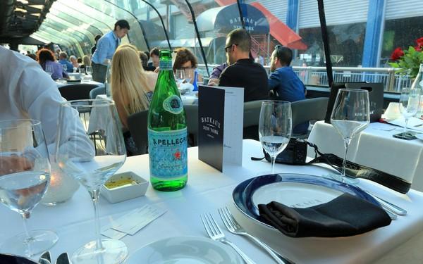 Bateaux New York dîner-croisière à table