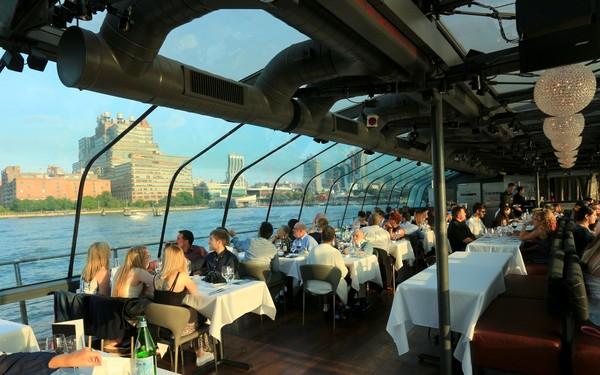 Bateaux New York dîner-croisière ambiance à bord