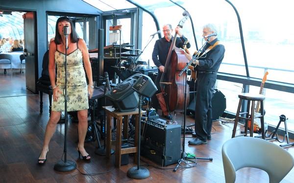 Bateaux New York dîner-croisière groupe chanteuse jazz