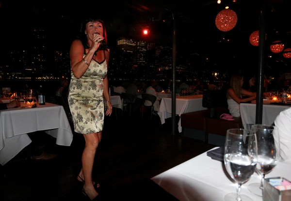 Bateaux New York dîner-croisière chanteuse jazz