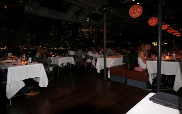 Bateaux New York dîner-croisière salle à la tombée de la nuit