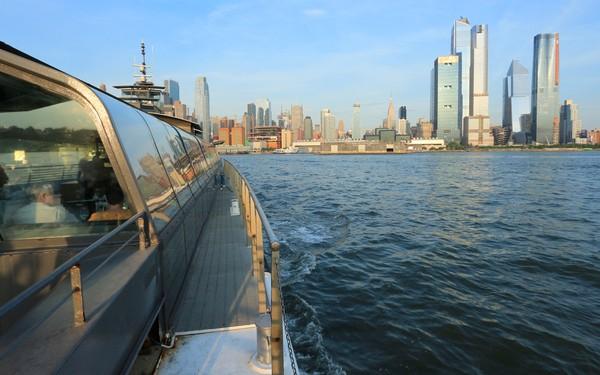 Bateaux New York dîner-croisière sur le pont du bateau vue sur la Skyline de New York