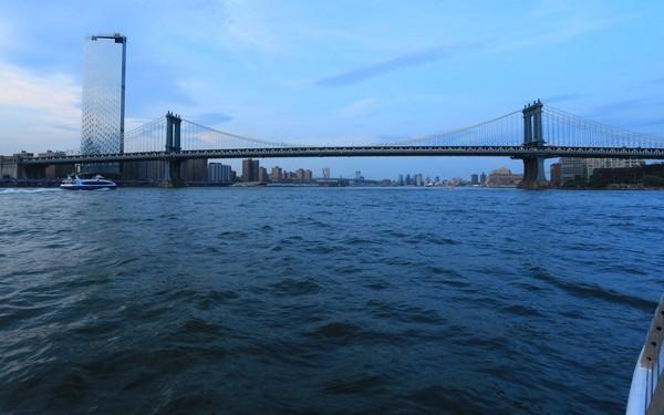 Bateaux New York dîner-croisière sur le pont du bâteau vue sur la Skyline de New York à la tombée de la nuit