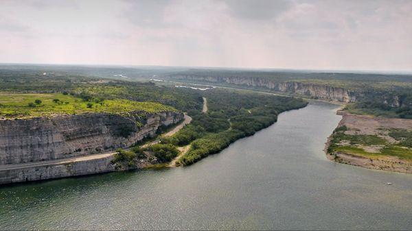 En aval du barrage, le Río Grande Amistad Texas