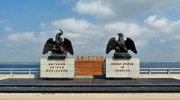 Les 2 aigles au centre du barrage Amistad Texas
