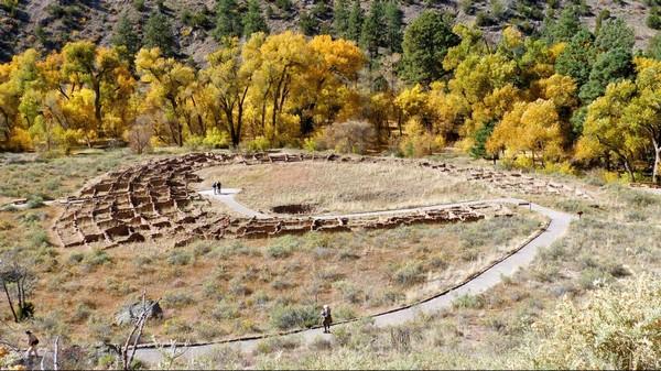 Vue sur Tyuonyi Pueblo depuis les falaises Bandelier National Monument