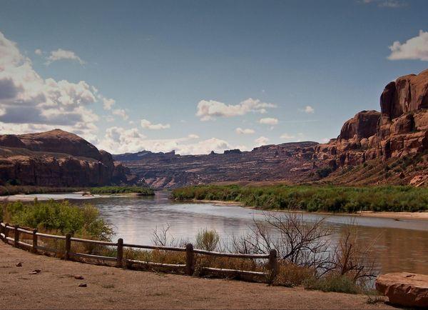 Le Colorado, près de l'embarcadère Bow Tie Arch Corona Arch Utah