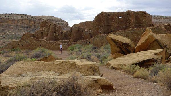Pueblo Bonito et, au premier plan, le Threatening Rock tombé et morcelé Chaco Culture NHP