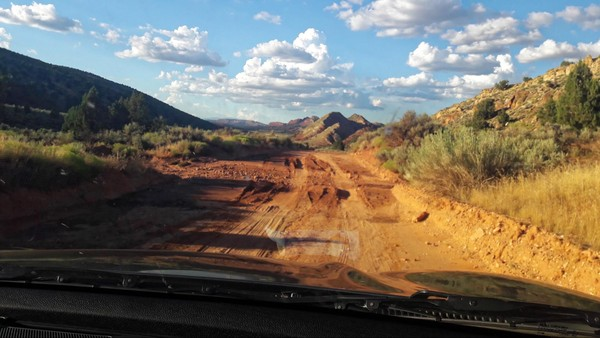 House Valley Road endommagée après la pluie en direction de Edmaier's Secret en Arizona