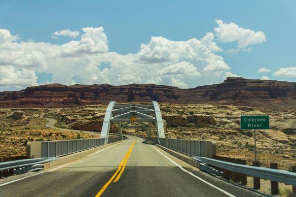 Le Hite Crossing Bridge enjambe le fleuve Colorado