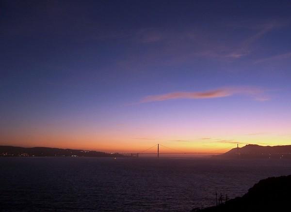 Golden Gate Bridge vu depuis Alcatraz au crépuscule
