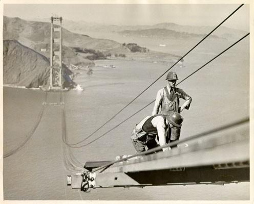 Deux ouvriers sur le Golden Gate Bridge en construction en 1935