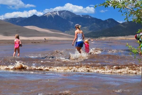 Jeux d'eau en famille dans Medano Creek Great Sand Dunes Colorado