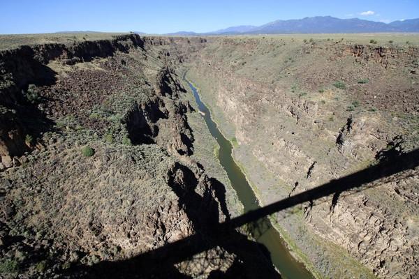 Près de Taos, la profonde gorge creusée par la rupture brutale du lac Alamosa. Au fond coule le Rio Grande