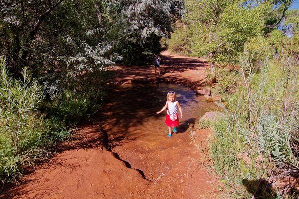 Traversée du cours d'eau sur le chemin du canyon de Kanarra Creek en Utah