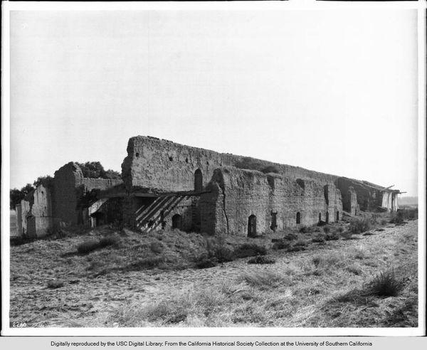 Vue sur les ruines au nord-est de l'église de la Mission La Purísima Concepción (circa 1904)