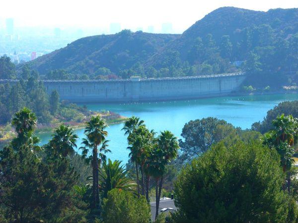 Zoom sur le barrage Hollywood Lake