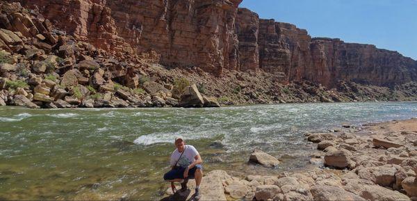 Un sunsetteur seul au monde au bord du fleuve Colorado