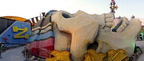Le crâne géant d'où sortaient les sirènes du spectacle du Treasure's Island Neon Museum Las Vegas