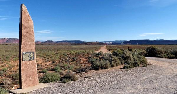 Sur le parking, plaque commémorant l'ancien village mormon Old Paria Movie Set Utah