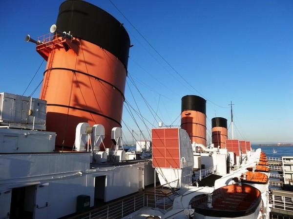Les trois célèbres cheminées rouges du Queen Mary