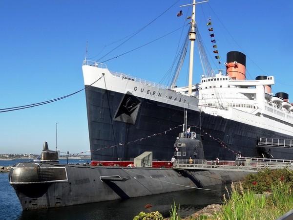 Le sous-marin Scorpion devant le Queen Mary