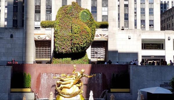 Sculpture végétale signée Jeff Koons Jardins de la Manche Rockefeller Center New York