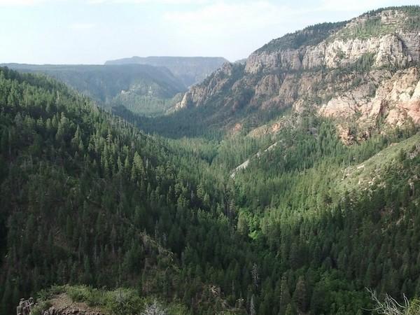 Superbe point de vue au début de Oak Creek Canyon