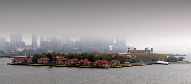 Matin brumeux à Ellis Island, vue depuis le piédestal de la Statue de la Liberté