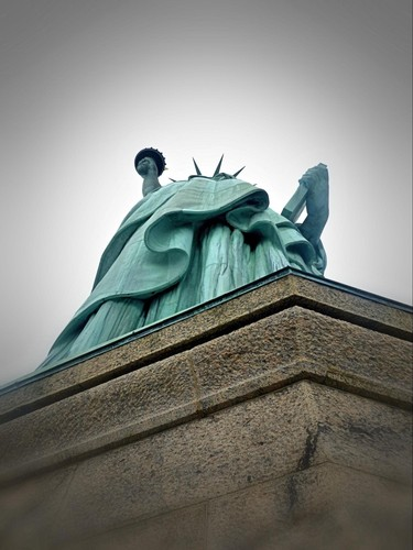 Vue en contre plongée sur la Statue de la Liberté
