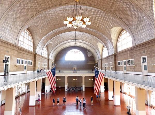 Intérieur du Musée national de l'immigration Ellis Island New York USA