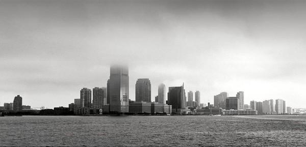 La skyline de Manhattan sous la brume vue depuis Ellis Island