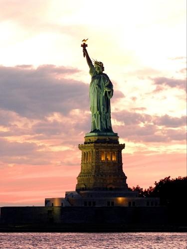 Statue de la Liberté au coucher du soleil
