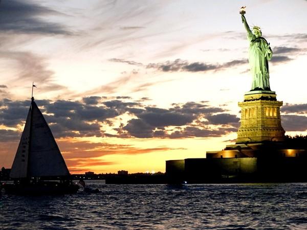 Statue de la Liberté au sunset