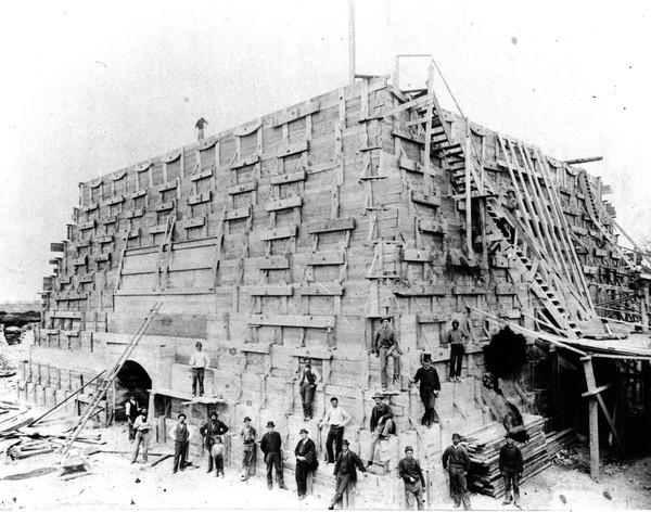 La construction du piédestal de la Statue de la Liberté
