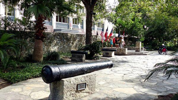 The Cavalry Courtyard et ses canons The Alamo San Antonio