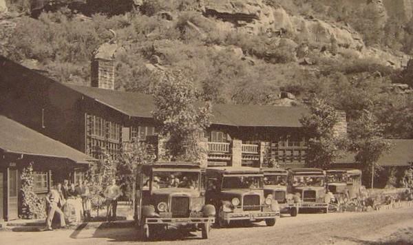 Navettes touristiques devant le Zion Lodge en 1929