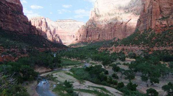 Vue sur le canyon de Zion depuis le Lower Emerald Pool Trail