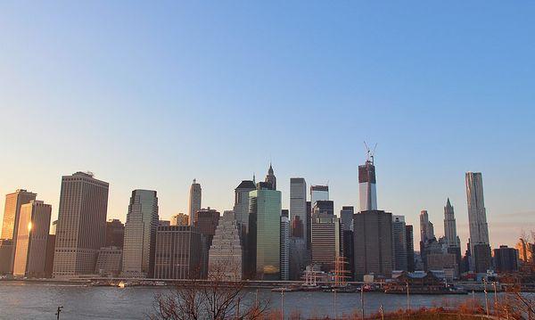 Vue sur la Skyline depuis la Brooklyn Heights Promenade New York