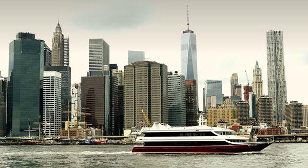 South Street Sea Port et ses navires historiques, vus depuis le Brooklyn Heights Promenade
