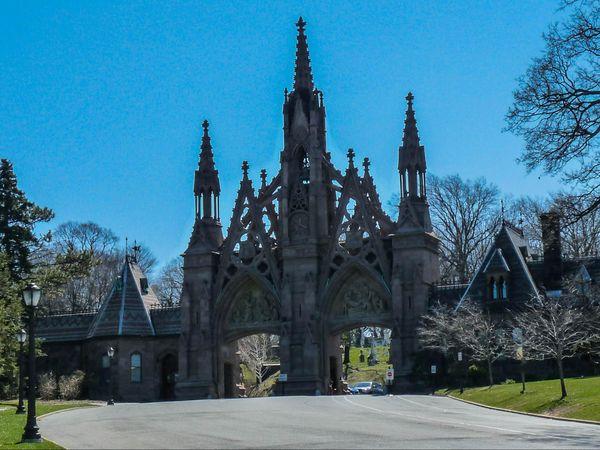 Entrée principale et sa porte néo-gothique Cimetière Green Wood Brooklyn New York