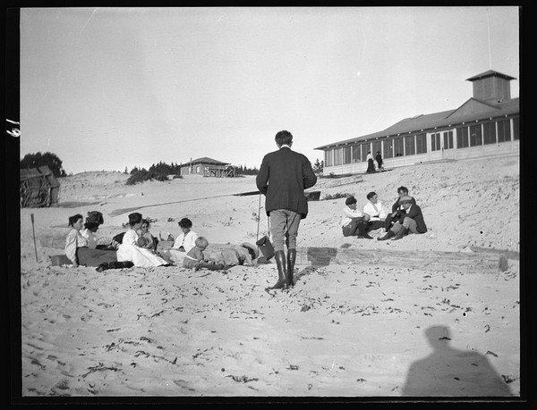 Arnold Genthe photographing George Sterling, Mary Austin, Jack London and Jimmie Hooper on the beach at Carmel