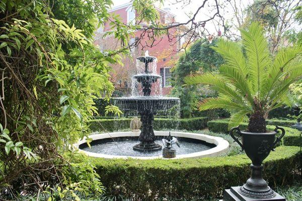 Superbes jardins luxuriants Calhoun Mansion Charleston