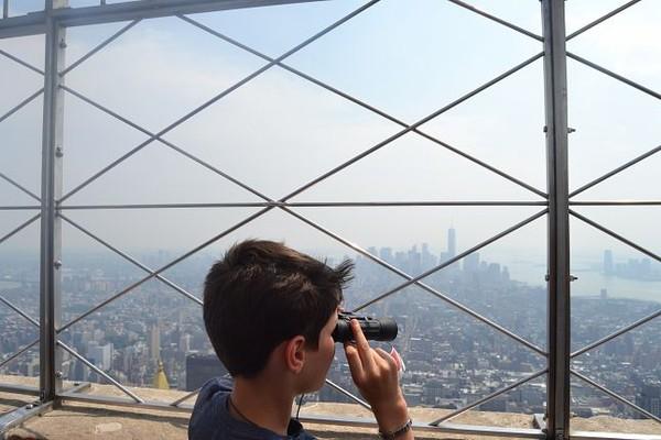 Enfant admirant la vue sur Manhattan depuis la Terrasse de l'Empire State Building