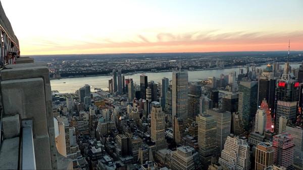 Vue depuis le top deck de l'Empire State Building au crépuscule